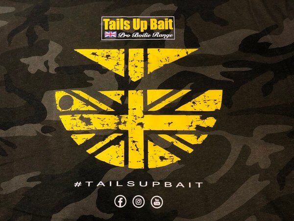 Tails up bait logo
